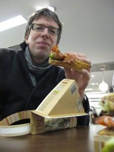 Ein Schwuler beim Sandwich-Essen